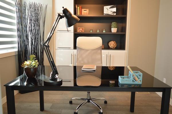 Kancelářský stůl a lampa